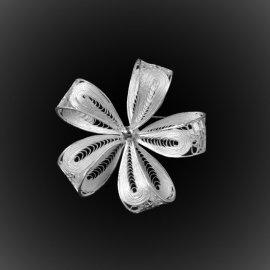 Broche Fleur délicate en broderie d'argent